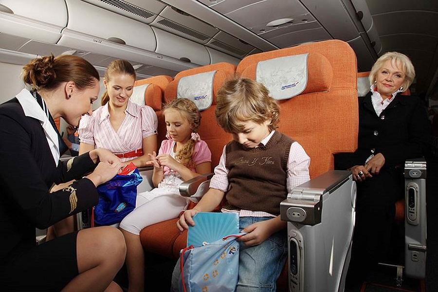 so skolkih let deti mogut letat odni na samolete i s roditelyami